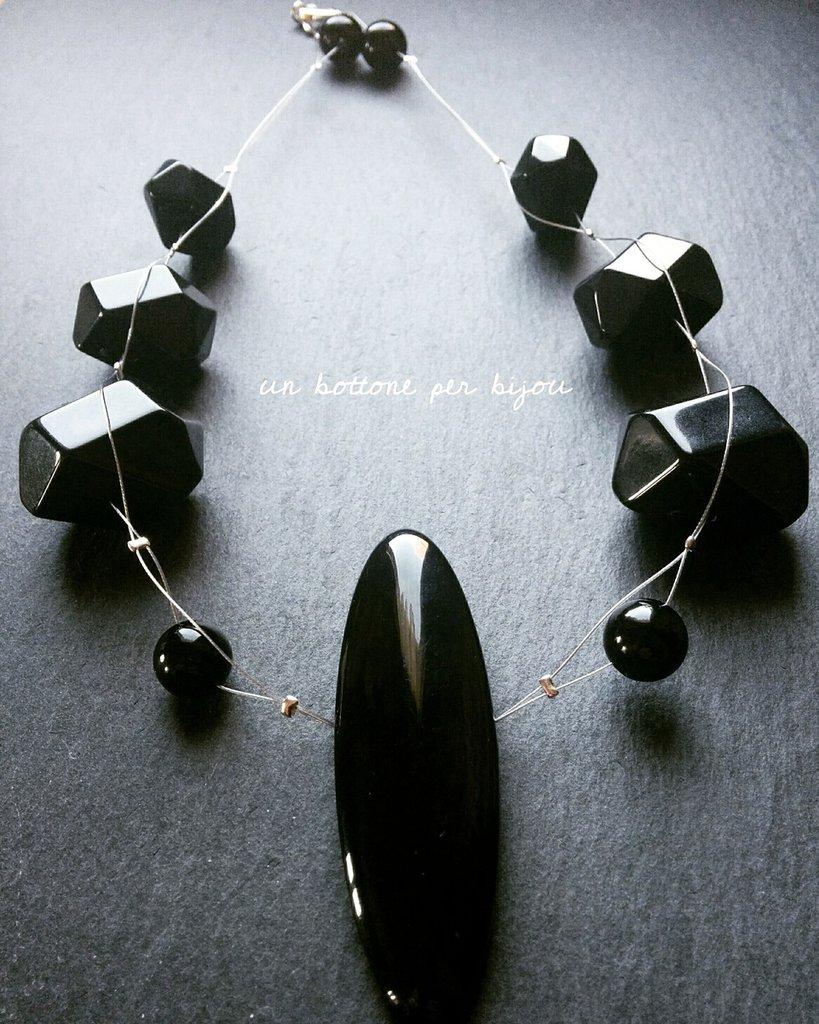 a basso prezzo d2cef e7b4e Collana con bottone nero vintage perle nere in acrilico su cavetto d'acciaio
